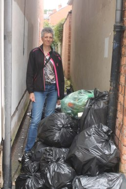 Reporting uncollected rubbish